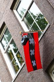 Crvene zastave koje datiraju čovjeku